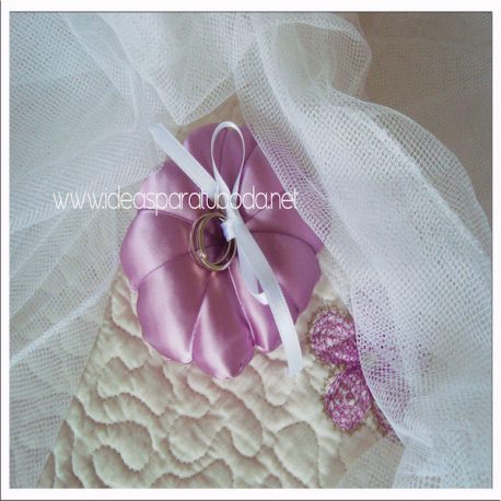 Porta alianzas cojín para boda Lila