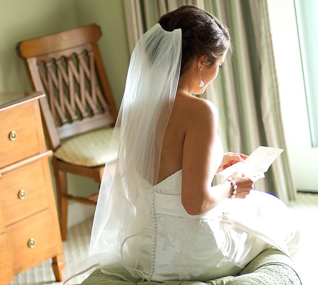 novia con nota carta de amor boda